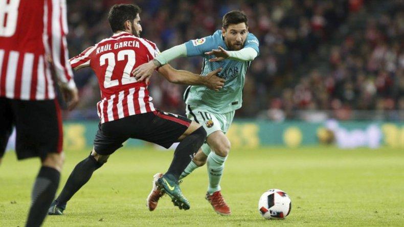 El rosarino Lionel Messi intenta escapar de la marca de Raúl García.