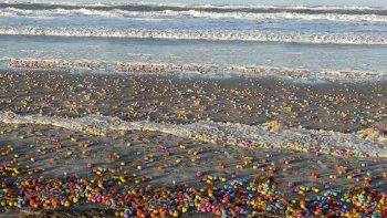 una playa amanecio cubierta de kinder sorpresa