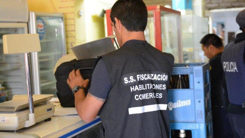 Decomisaron 300 litros de bebidas alcohólicas de un comercio en Quirno Costa