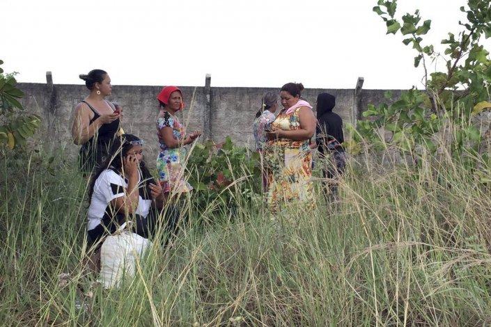 Familiares de los detenidos esperan noticias en el exterior del centro penitenciario de Boa Vista.