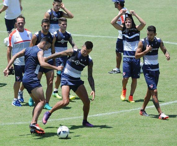 Víctor Cuesta disputa el balón durante el entrenamiento de Independiente.