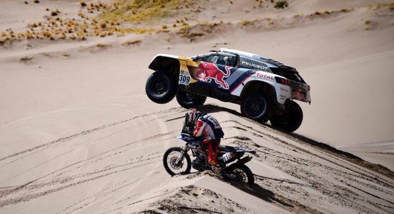 El Peugeot del francés Sebastien Loeb durante la quinta etapa del duro Rally Dakar.