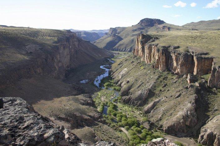 El sitio arqueológico Cueva de las Manos está situado en la zona del río Pinturas