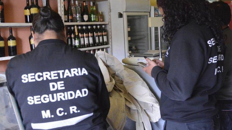 Inspectores municipales labran actas a comercios que infringen la ley.