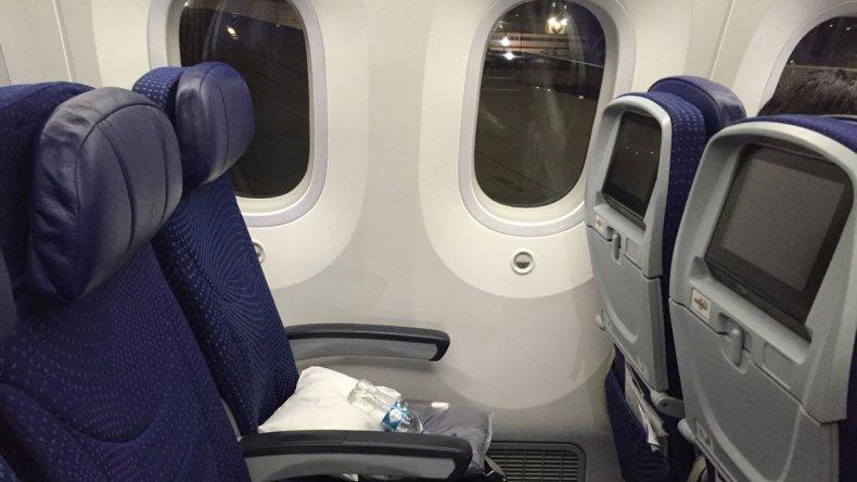 La razón por la que los asientos del avión no están alineados con las ventanillas responde a un factor económico.