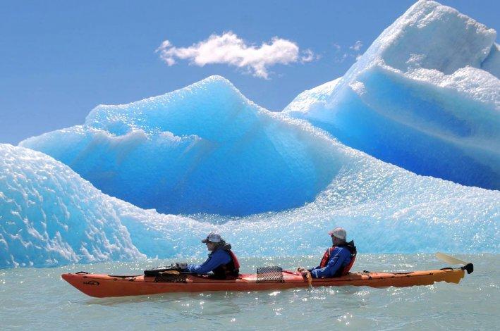La navegación se realiza en pequeños grupos divididos en kayaks de dos personas.