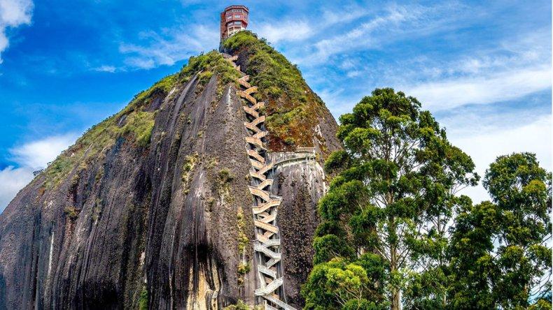 Para llegar a la cima se debe ascender las escaleras que se ubican en una grieta natural del peñón.