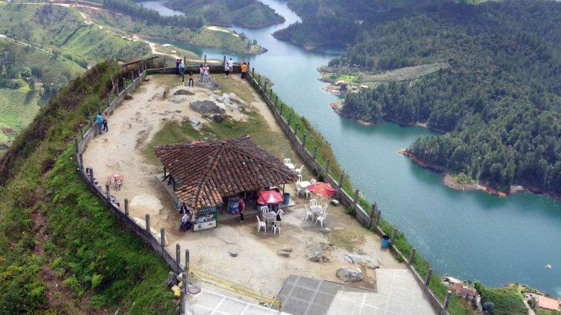 En la cima del Peñón de Guatapé hay un área de descanso con venta de bebidas