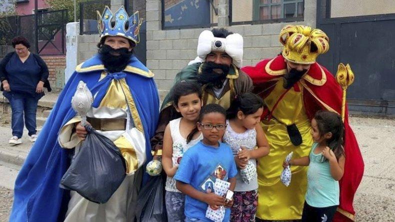 Los chicos de los barrios caletenses se llevaron una grata sorpresa con la visita de los míticos reyes magos.