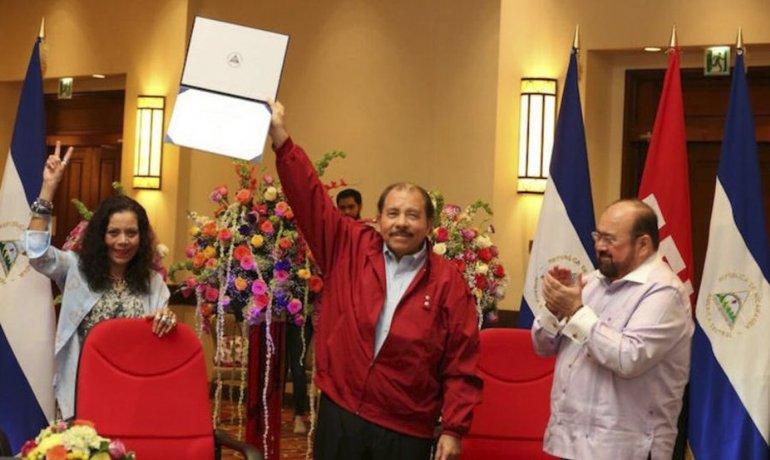 Ortega y su esposa recibieron credenciales como presidente y vice electos de Nicaragua