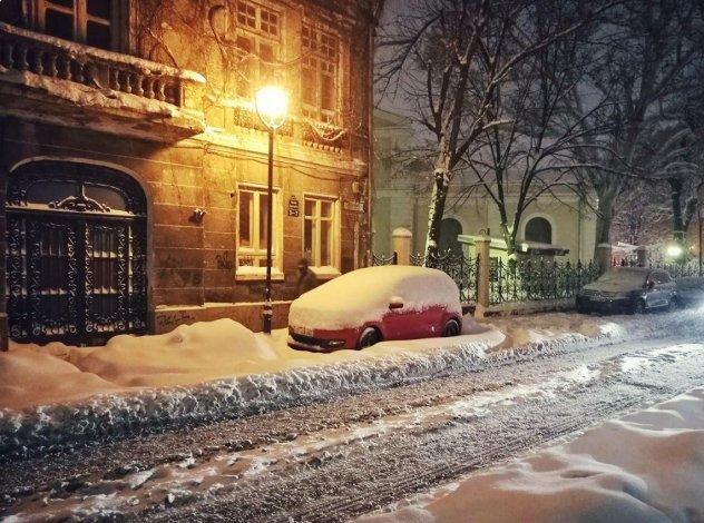 Un auto quedó completamente cubierto por la nieve que cayó en Bucarest.