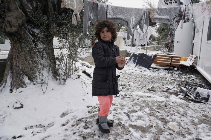 Jugar en medio de la nieve de la isla de Lebos.