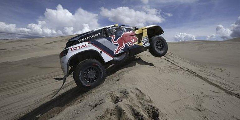 El Peugeot de Stephane Peterhansel que lidera el Rally Dakar.