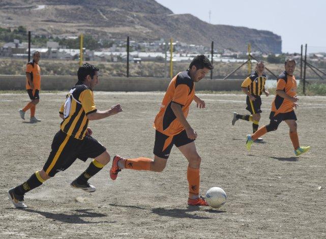 Pueyrredón goleó 4-1 a Rada Tilly en la villa balnearia y pasó a semifinales.
