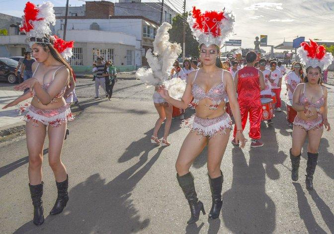 Las comparsistas de la Batucada Timbalada desfilaron por delante de los tamborilleros del mismo grupo que arribó desde Punta Arenas.