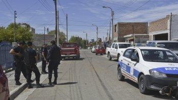 La policía aguarda afuera de la casa del automovilista la orden judicial para secuestrar el vehículo del garaje.