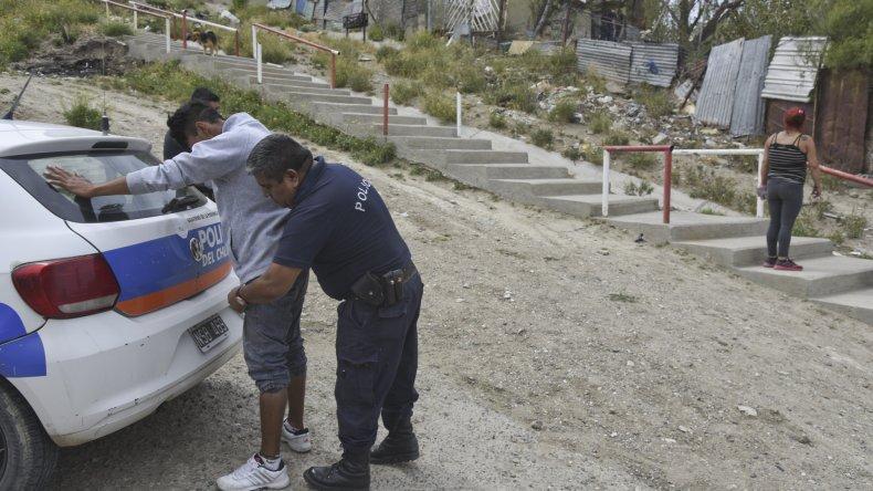 La policía requisa a un individuo que posteriormente fue liberado.