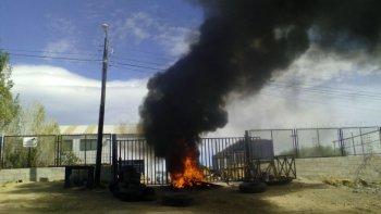 piquete y quema de cubiertas en la base de la empresa san andres