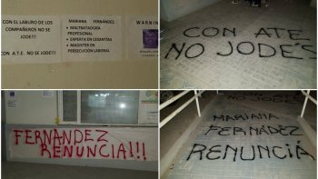 Así amaneció pintado y empapelado el Área Programática Sur por parte del gremio ATE que pide la renuncia dela directora, Mariana Fernández.