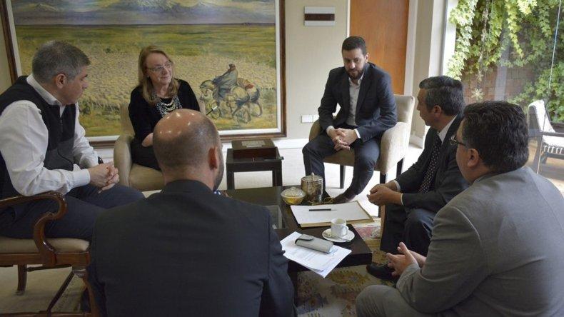 Alicia Kirchner se reunió con el vicegobernador Pablo González y miembros del gabinete para coordinar acciones conjuntas tendientes a revertir los masivos despidos de obreros en las obras preliminares de las represas.