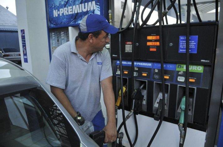 Sin acuerdo con petroleras, el Gobierno demora aumento de naftas