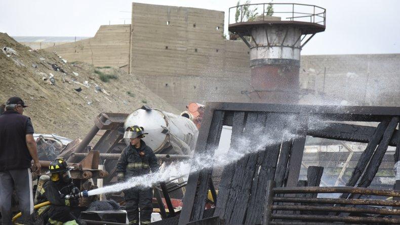 El incendio en el predio de contenedores se habría iniciado cuando cocinaban un pollo a la parrilla.