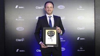 El piloto arrecifeño Agustín Canapino posa orgulloso con su premio que le entregaron en México.