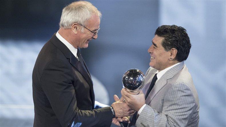 Maradona le entregó el premio como  mejor DT al italiano Claudio Ranieri