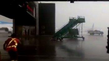 asi arrastro la tormenta una escalera en la pista de aeroparque