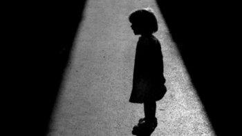 padres alcoholizados abandonaron a su hija en una plaza y hoy se la restituyeron