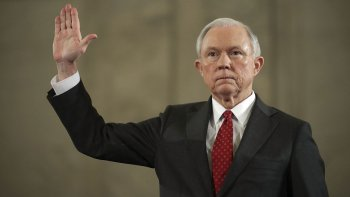 El cuestionado senador por Alabama, Jeff Sessions, fue designado como futuro fiscal general.