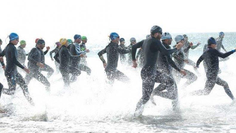 Los triatletas en el momento de la largada en Rada Tilly.