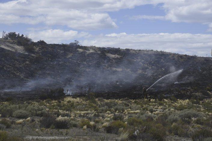 El incendio en Rodríguez Peña fue controlado por los bomberos voluntarios. Defensa Civil y personal de YPF también trabajaron en el lugar.