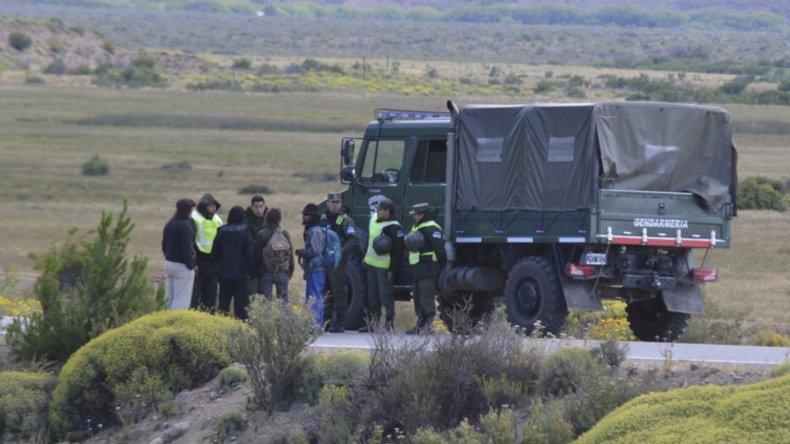 Efectivos de Gendarmería Nacional ejecutan el operativo ordenado por el juez federal Guido Otranto.