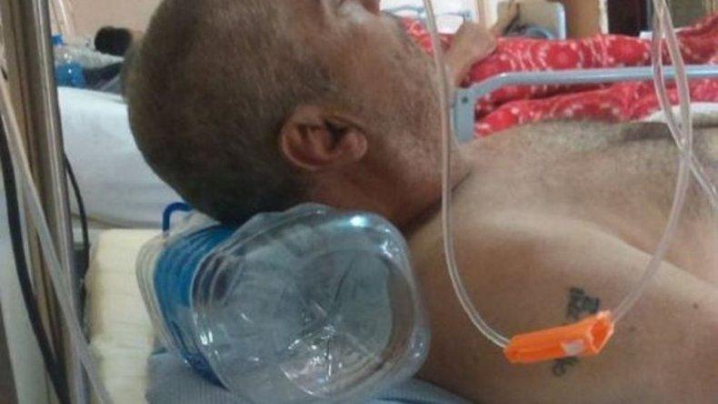 Por falta de almohadas en un hospital duermen sobre bidones