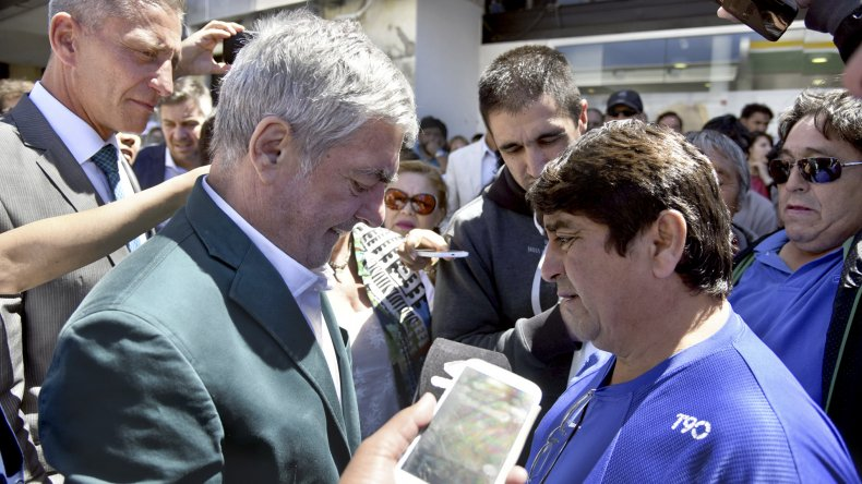 Cipriano Ojeda dialoga con el gobernador.