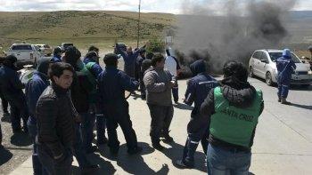 Los trabajadores despedidos por YCRT protagonizaron ayer una quema de cubiertas en la ruta que pasa frente a la Central Termoeléctrica.