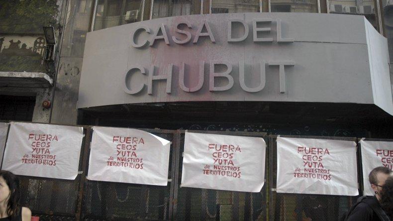 El escrache del que fue blanco la Casa del Chubut en Buenos Aires.