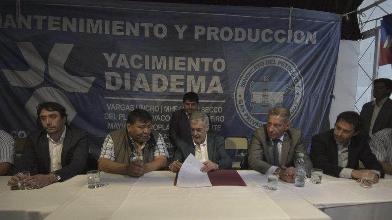 El gobernador durante la firma del contrato ayer en Diadema.