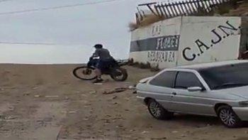 un paseo en moto termino en un imperdible blooper