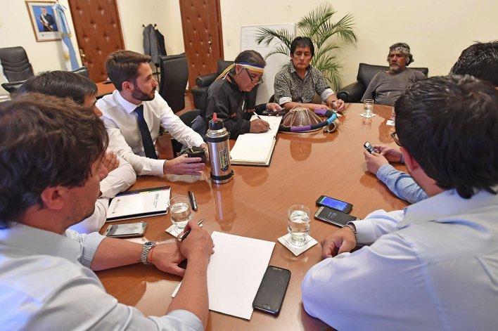 La Casa de Gobierno albergó el encuentro entre referentes de la comunidad mapuche y funcionarios provinciales donde se estableció una mesa de diálogo y trabajo para prevalecer la paz social.