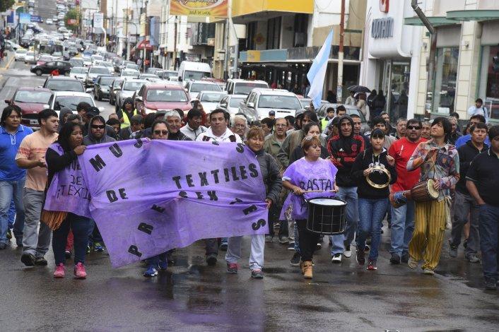 La lluvia no paró a los trabajadores textiles que volvieron a reclamarle a Guilford por el pago de sus indemnizaciones y las quincenas adeudadas.
