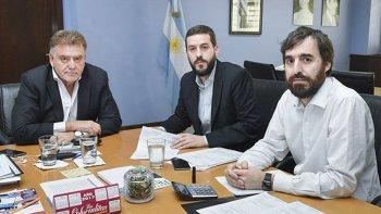 El secretario de Vivienda de la Nación, Domingo Amaya, firmó un acuerdo con el ministro de Economía de Santa Cruz, Juan Donnini –centro- para la construcción de otras 224 viviendas.