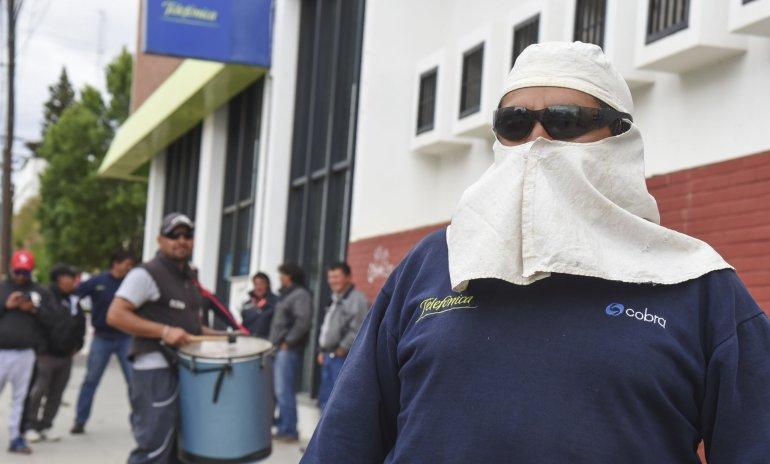Los trabajadores de Cobra y Telsur se manifestaron frente a la sede central de Telefónica en reclamo del pago de un retroactivo de $60.000.