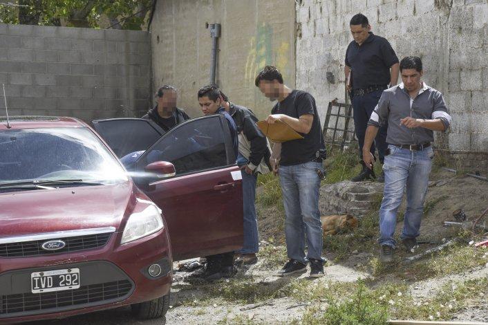 Personal policial durante la requisa del automóvil.