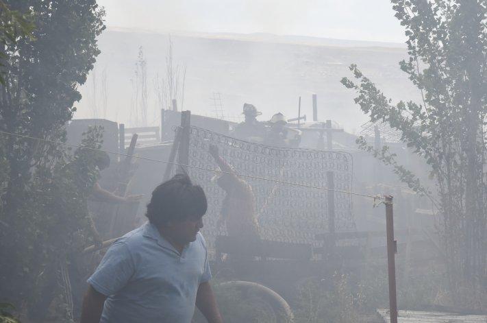 El fuego arrasó con un amplio territorio de pastizales y matorrales que pusieron en peligro casas y un autobomba.