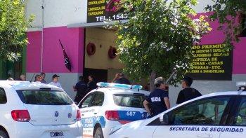 asaltaron un lavadero y en la huida balearon en el rostro a un policia