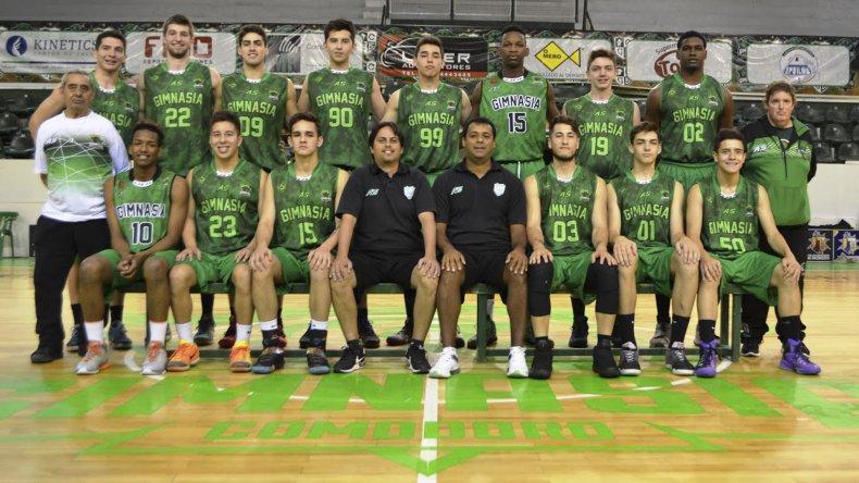 El plantel y cuerpo técnico de Gimnasia y Esgrima de Comodoro Rivadavia que esta noche iniciará una nueva participación en la Liga de Desarrollo.