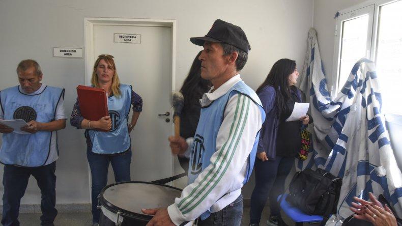 Los manifestantes se presentaron en el Area Programática para entregar un petitorio pidiendo por los dos médicos y la enfermera que fueron desvinculados.