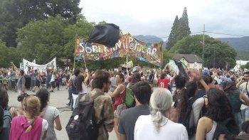 La multitudinaria manifestación que se realizó hace ocho días en El Bolsón para protestar contra el emprendimiento inmobiliario.
